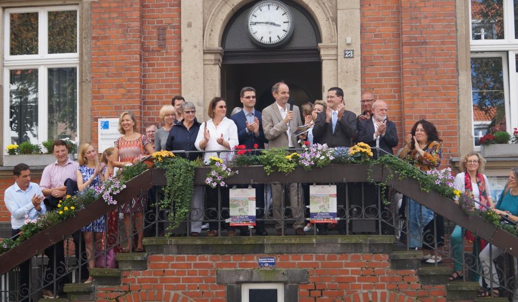 A Gruppenbild Rathaustreppe